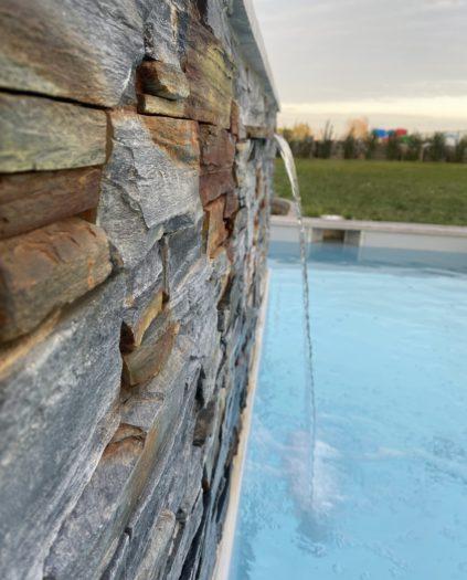 Fontaine lame d'eau avec piscine